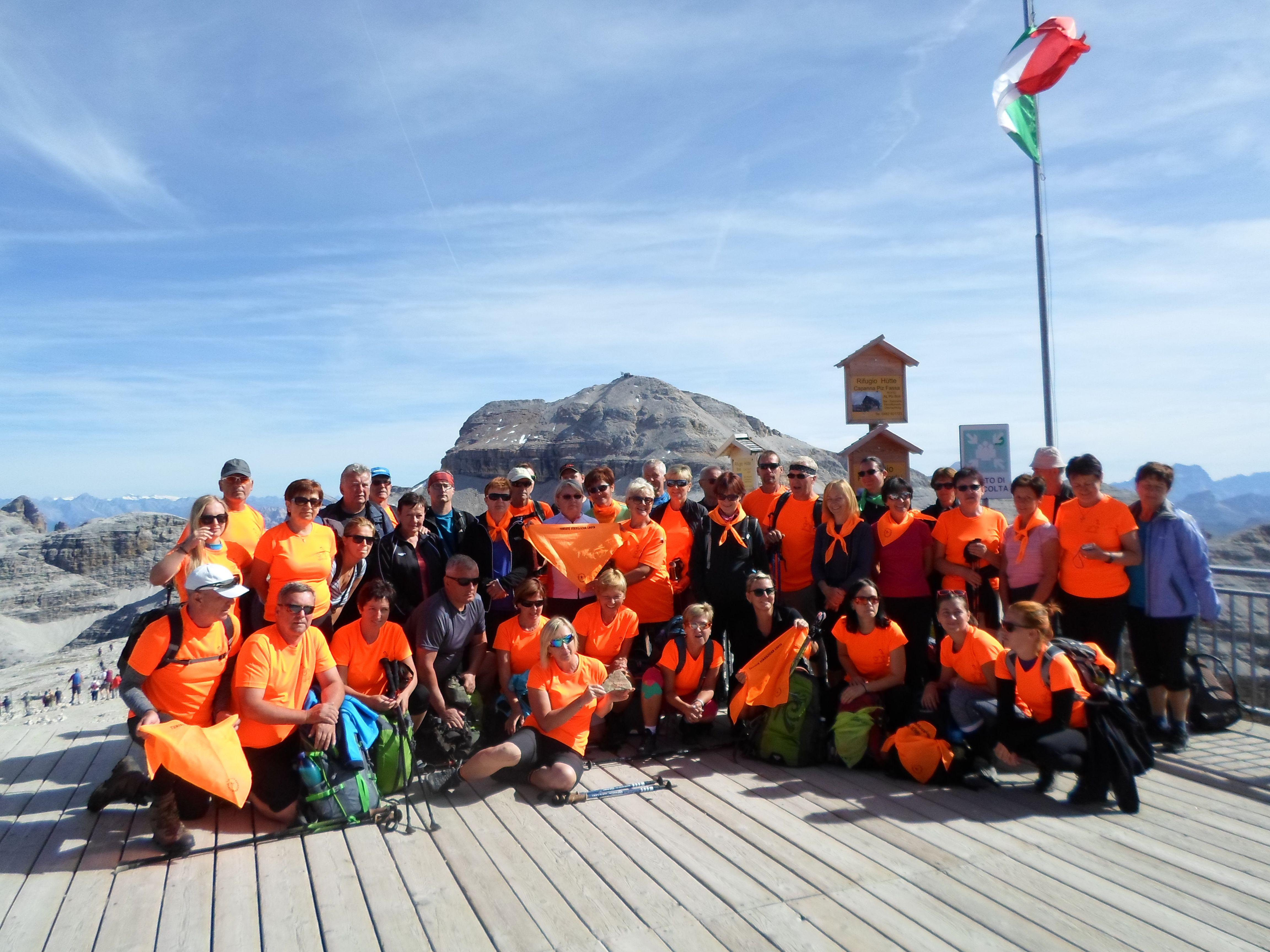 Turisté před vrcholem Piz Boè, kam směřovaly jejich další kroky, 3 152 m. n. m.