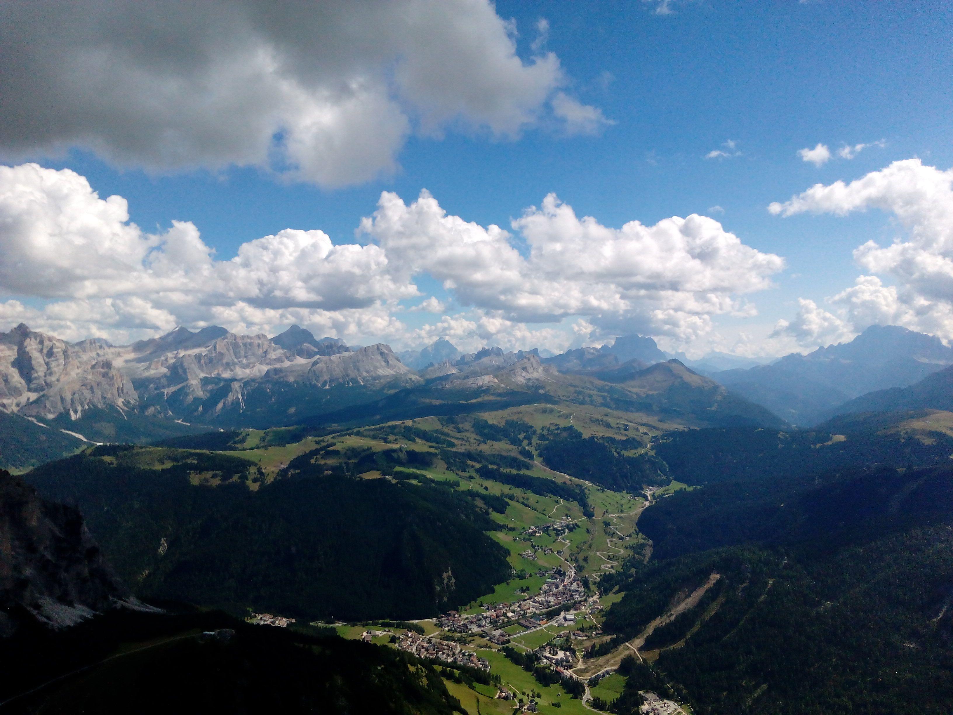 Pohled z hory Sass Ciampac do údolí Passo Gardena/Grödnerjoch, 2672 m. n. m.
